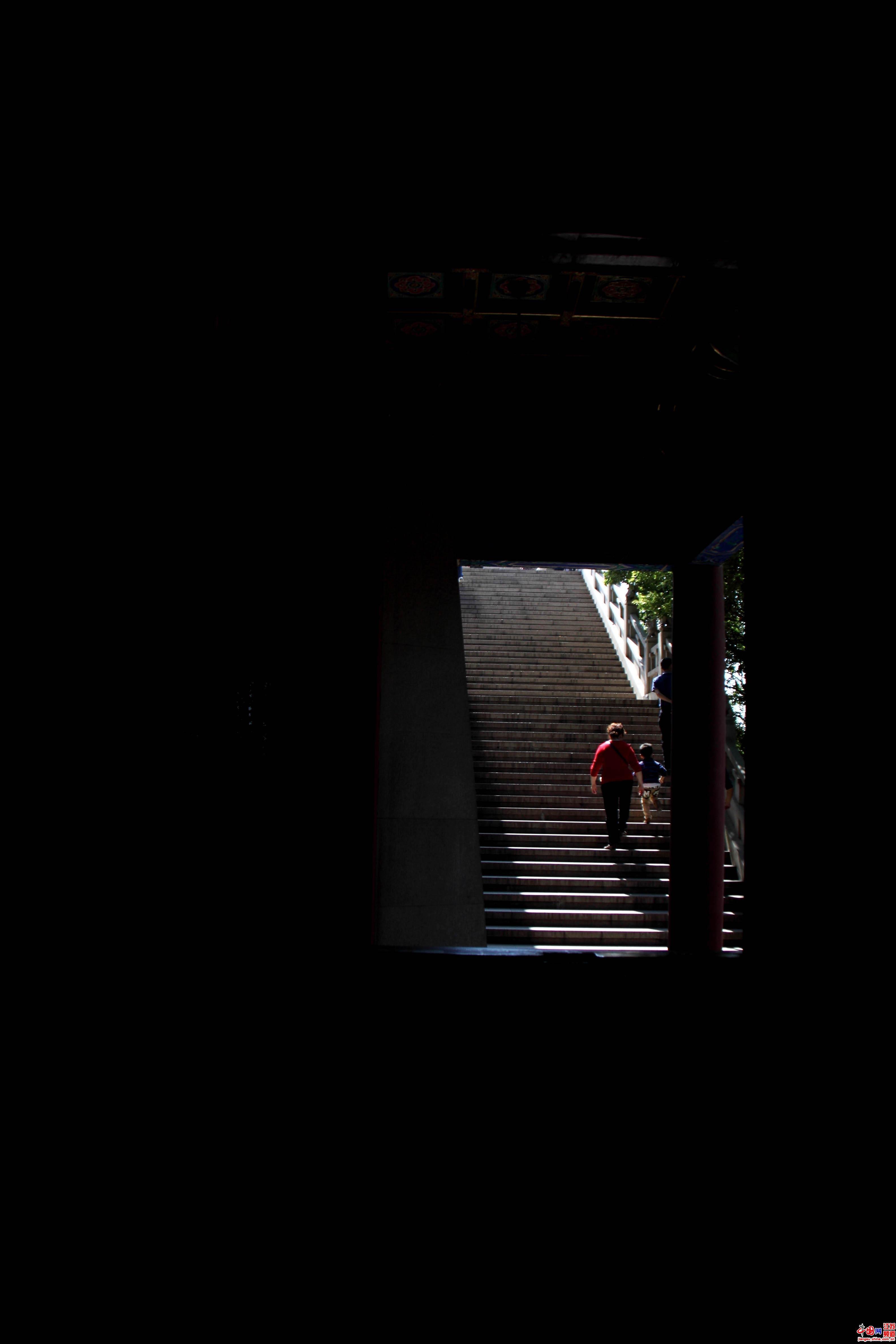 """中秋、国庆长假期间江苏省各地文化活动不断,此家唱罢彼家登台,大有百花齐放之势。镇江有""""金山旅游文化节""""的闪亮登场,苏州有传统的赏月活动""""石湖串月"""",而在南京的阅江楼景区则有""""非物质文化遗产精品展""""等活动。(记者 雷志芳、王泱泱)"""