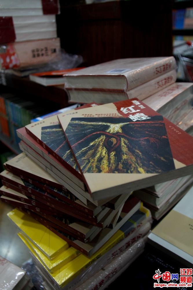 别以为这是剩书 有单位客户将其都买走 摄影 王泱泱