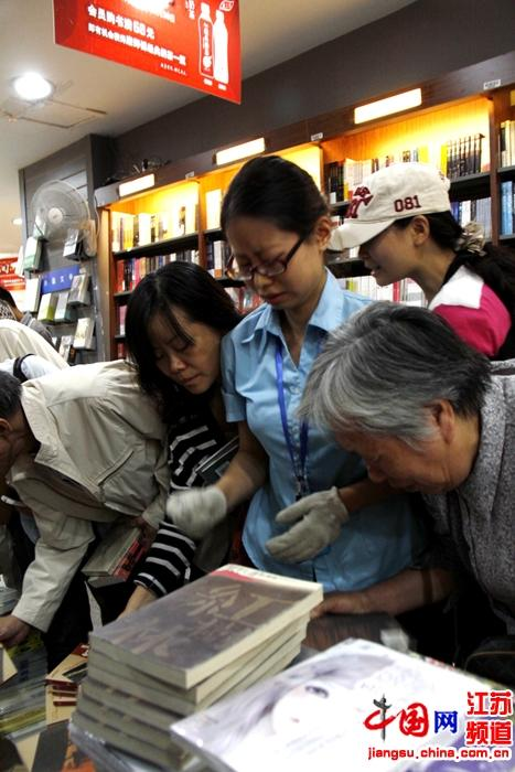 新街口大众书局少量库存刚到货就被市民哄抢 摄影 王泱泱