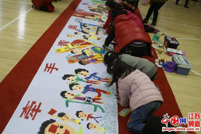 孩子们现场作画