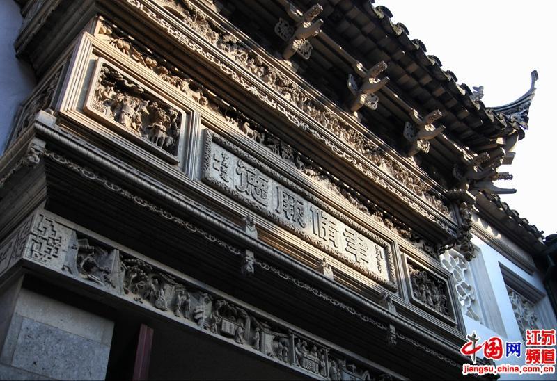 精雕细琢的雕花楼大门