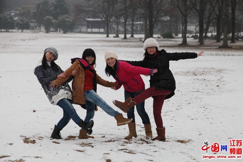 雪中欢乐的孩子们(摄影 郑鹏)