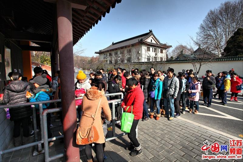 很多市民今天都来到鸡鸣寺祈福 长长的队伍都排到了街的对面  摄影 郑鹏
