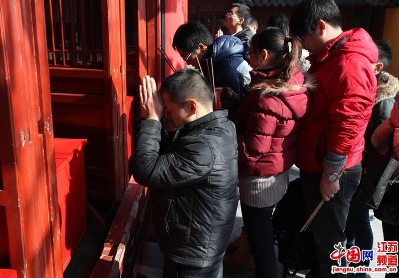 前来叩首祈福的南京市民  摄影 郑鹏