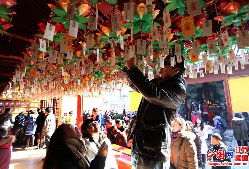 在挂祈福牌的幸福市民  摄影 郑鹏