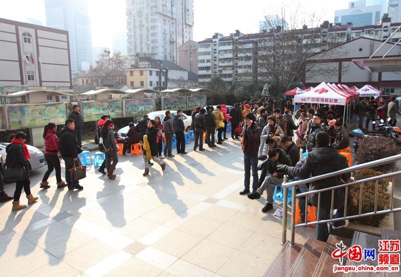 1月4日的一大早,南京市宣武区民政局婚姻登记处的大院里就排满了人
