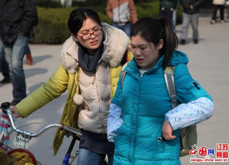 也许是上午的考试不理想,这位考生走出考场就哭了起来