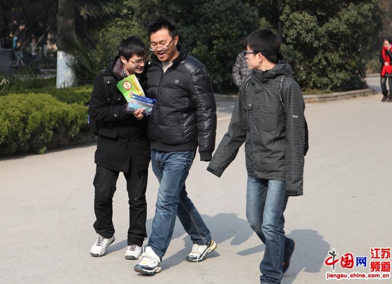 也许上午的考试比较理想,这三位同学走出考场一路是有说有笑的