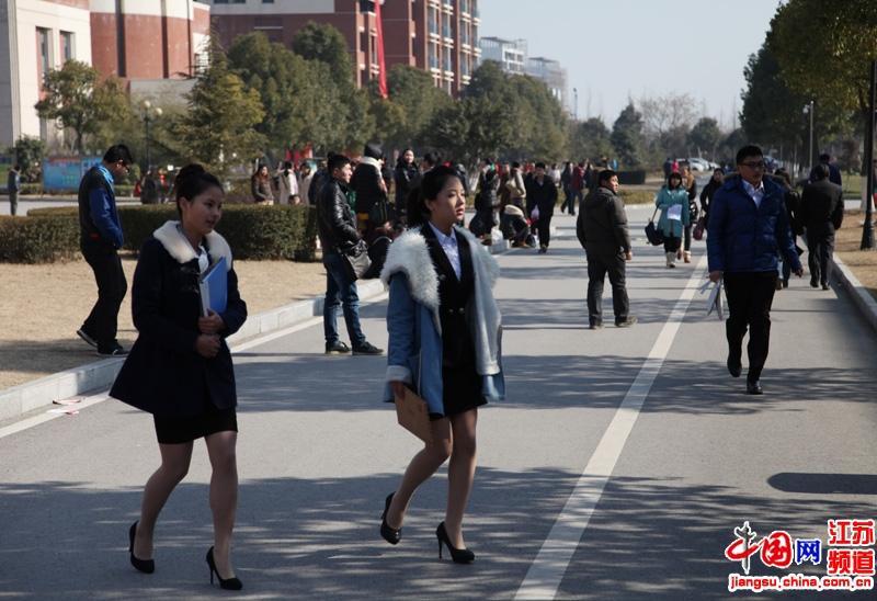 天气虽然冷但是为了面试很多考生仍然穿着职业装面试