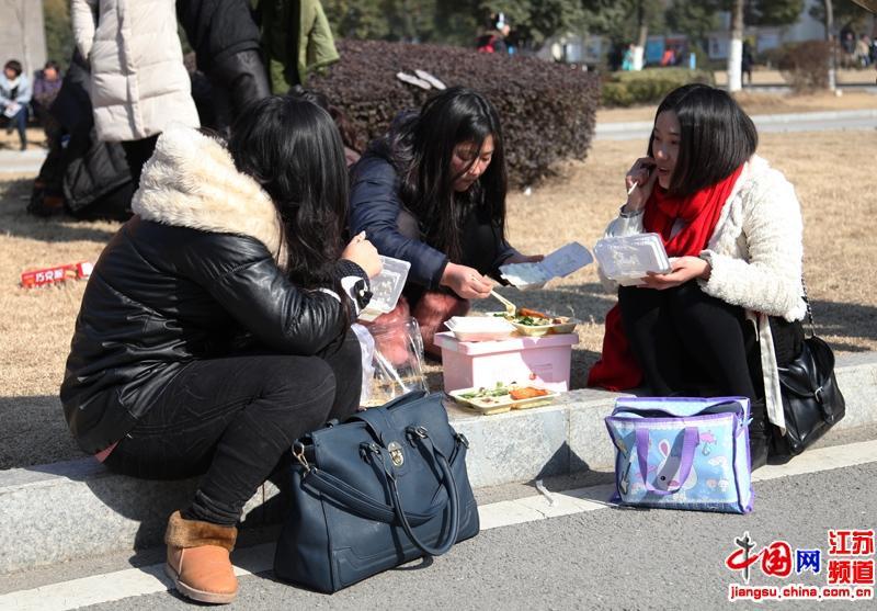 为了备战面试很多考生都在考场外吃午餐
