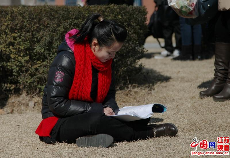 外面虽然寒冷但是很多考生仍然在争分夺秒的看书
