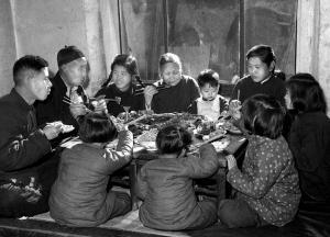 1953年春节天津王德铸一家人吃团圆饭