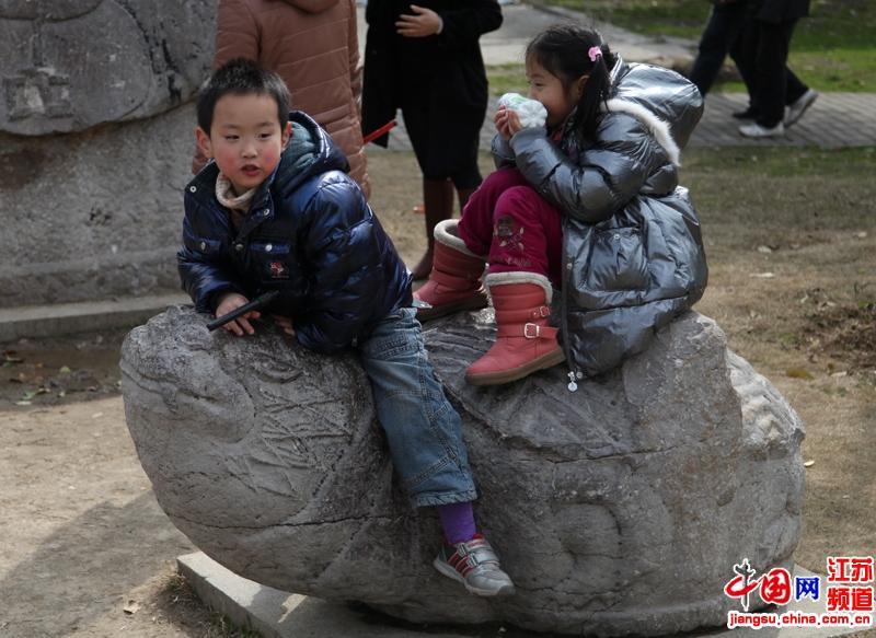 假日里在公园里玩耍的孩子们