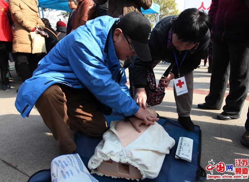 现场工作人员教市民急救的方法