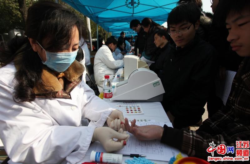 现场工作人员为到场市民抽血化验