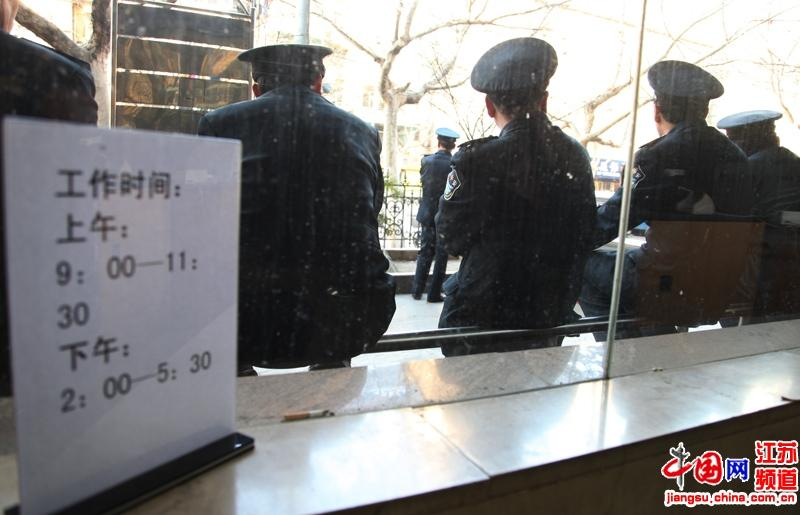 等待下班的保安队员