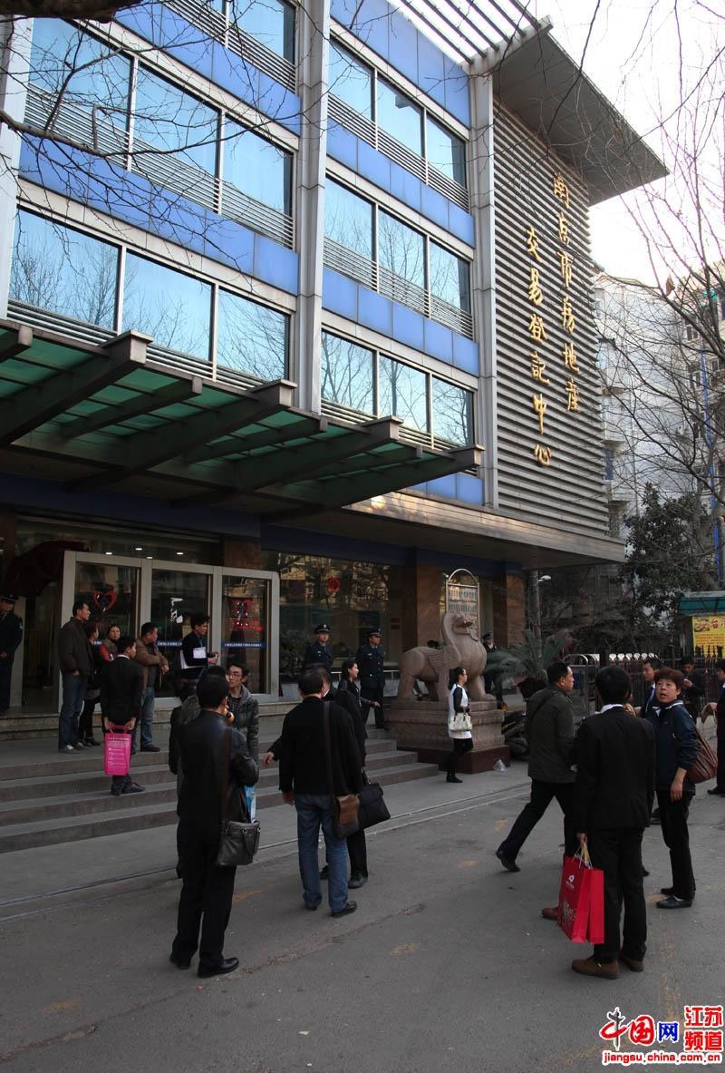 下午5点华侨路房产交易登记中心已经少了上午的火爆场面,但是仍然有着急前来办手续的市民