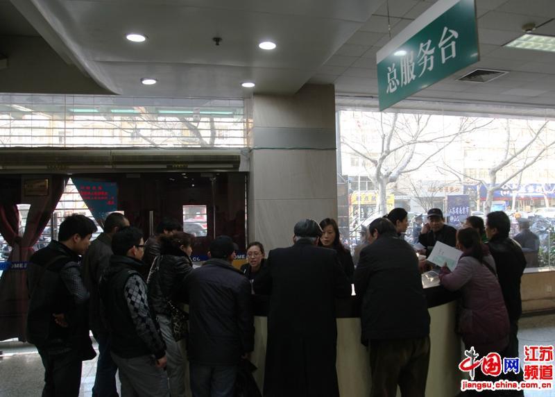 在房产交易登记大厅内虽然快到了下班的时间,但是仍然有很多咨询的群众