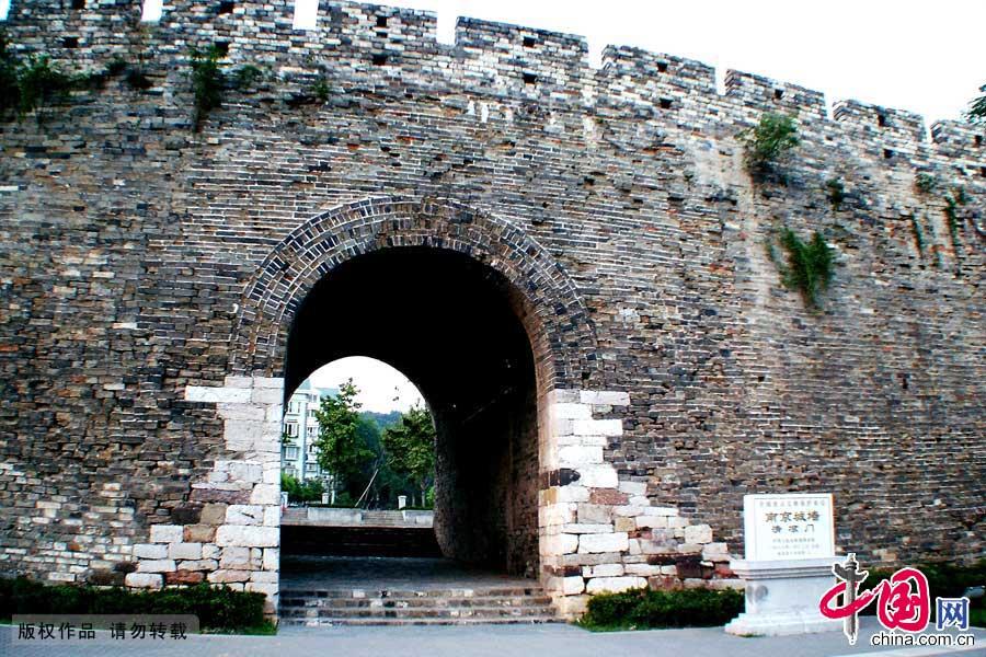 """南京""""鬼脸城""""实名为石头城,因园内古城墙中段一块突出的椭圆形红色水成岩,长年风化,酷似一副狰狞的鬼脸,故被称为""""鬼脸城""""。"""