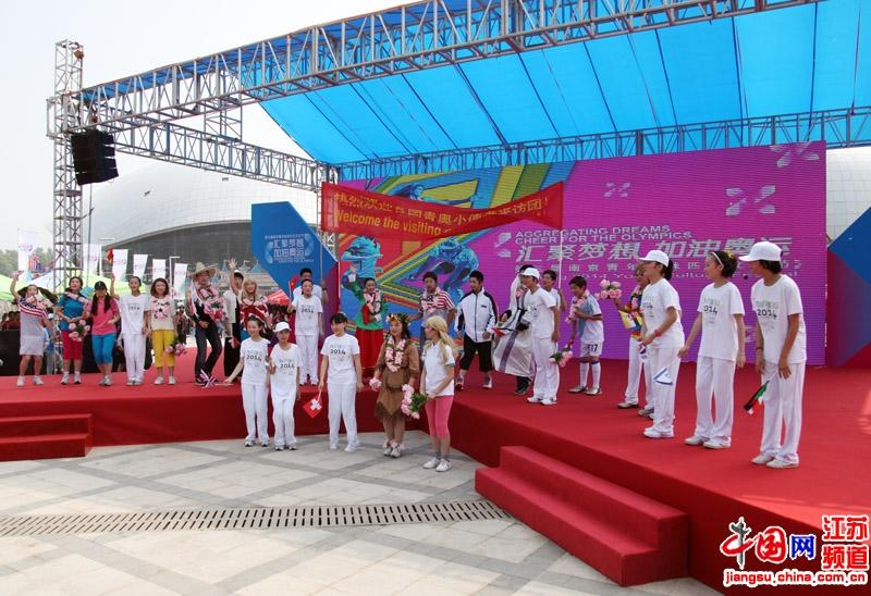来自不同国家的小记者团表演(摄影:郑鹏)