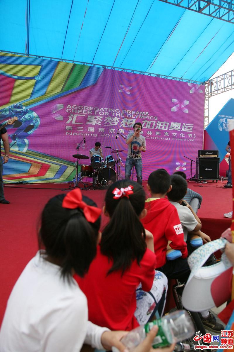 现场的小朋友十分入迷的聆听现场乐队演奏(摄影:郑鹏)