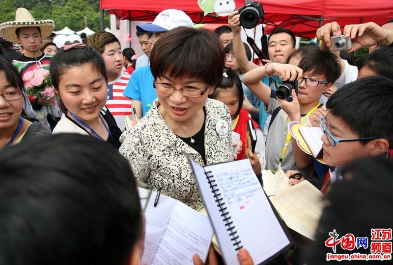 徐宁部长热情回答小记者们提出的各类他们感兴趣的问题(摄影:郑鹏)