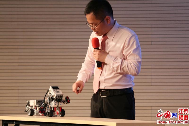 苏艳飞展示组装机器人
