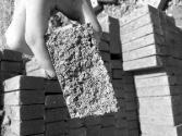 问题砖流入南京经适房工地:一砸就碎 一掰就散