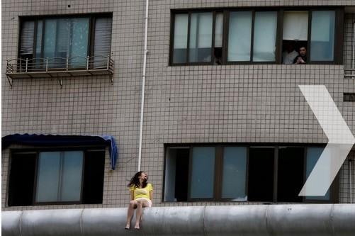 上海一女子隆胸失败 爬医院楼顶欲跳楼轻生(组图)