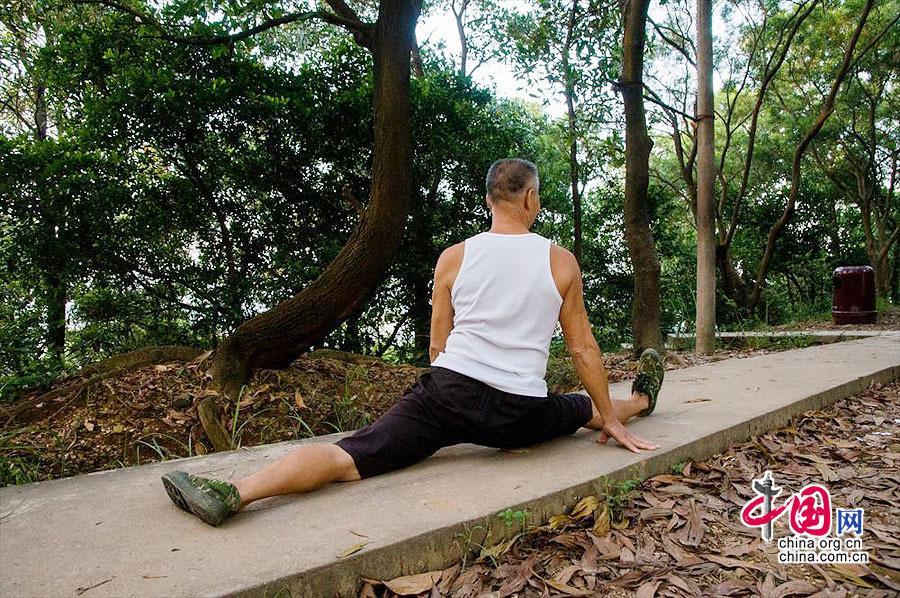 深圳一公园烂尾14年 居民山顶自搭场所健身