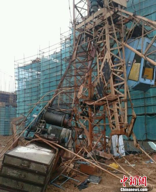 南京高淳雅居乐工地发生塔吊倒塌事故 1名工人已死亡 图