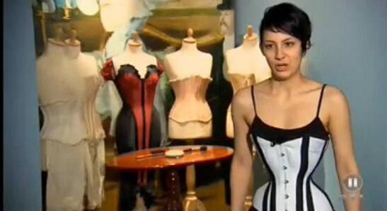 德国女子穿塑身衣练就水蛇腰