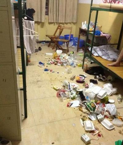 垃圾桶踢进新生宿舍