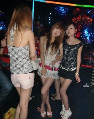 这些美女指的是18—25岁的年轻女孩,她们觉得生活单调想到酒吧看帅哥