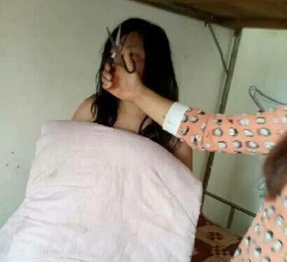 那个美女我操下逼_班干勒索学生逼吃屎喝尿 校园暴力事件:女生遭围殴拍裸照