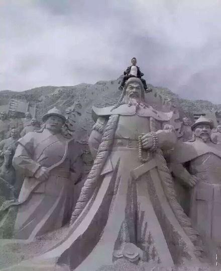 青海一景区蒙古族英雄巨型雕像遭游客踏坐