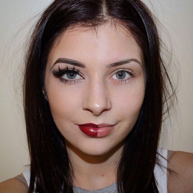 并且通过只在一边脸上化妆