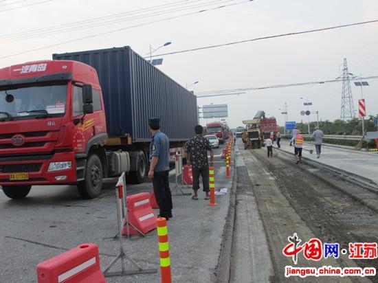 如东路政:顶高温冒酷暑 抢修损坏路面保安全