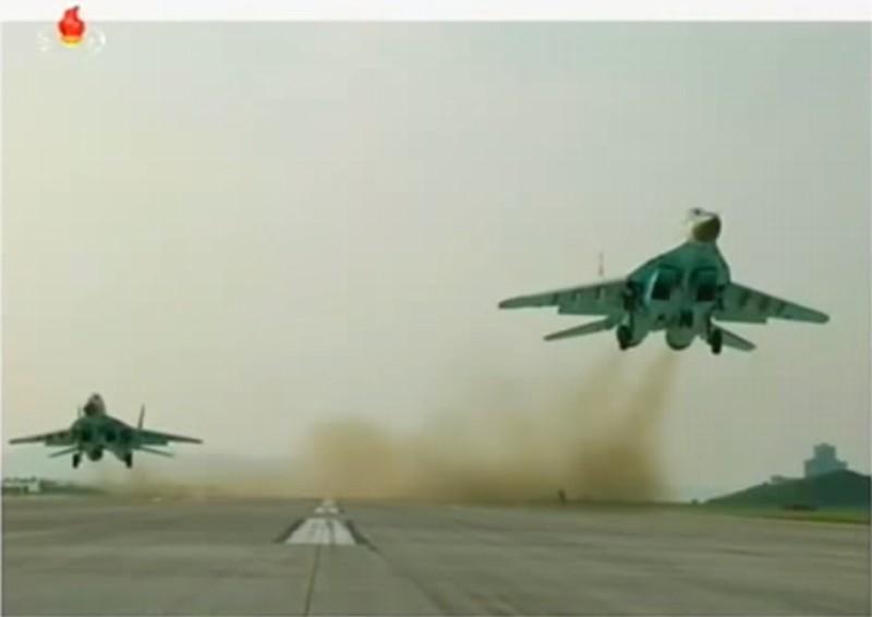 朝鲜空军亮家底:金正恩赴现场指导 全部主力机型公开亮相