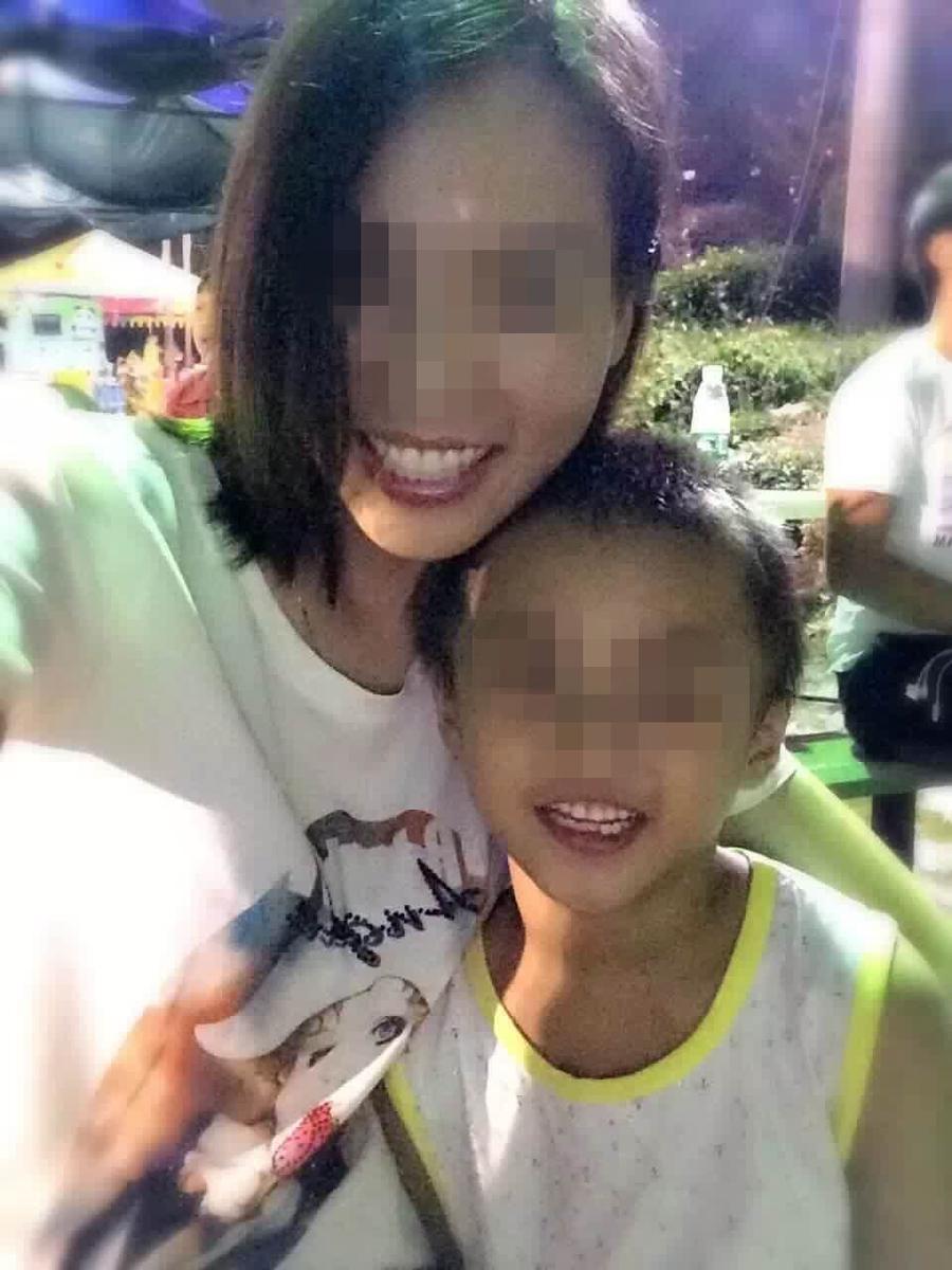 男孩受伤前与母亲的合影,照片上的他活泼可爱.