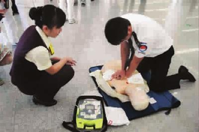 图说:按照自动除颤仪的操作说明完成几个步骤