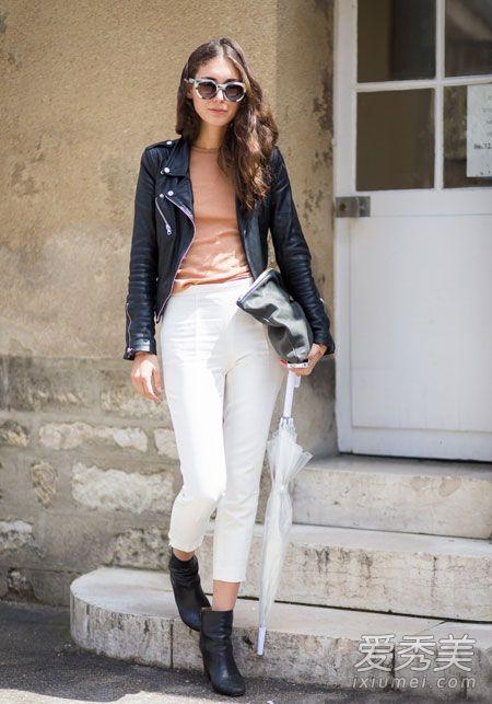 黑色皮衣+裸色上衣+白色九分裤,高腰裤果然是显腿长的利器.-皮衣