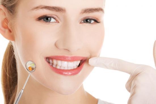 核心提示: 牙齿虽然是一种很坚硬的器官,但牙齿也很容易受到伤害,下面这些坏习惯正在损害你的牙齿健康。  生活中每个生物种都会有牙齿,牙齿也是一种脊椎动物身上的生理器官,它能帮助人类咀嚼食物。牙齿虽然是一种很坚硬的器官,但牙齿也很容易受到伤害,下面这些坏习惯正在损害你的牙齿健康。 八习惯损害牙齿健康: 1、刷牙时使劲漱口。 伦敦牙科专家菲尔·施特默博士表示,吃饭时产生的酸和糖会暂时削弱牙釉质的保护作用。饭后立即刷牙更容易破坏牙釉质。建议饭后至少等半个小时再刷牙,同时要避免使劲漱口,以免削弱含氟