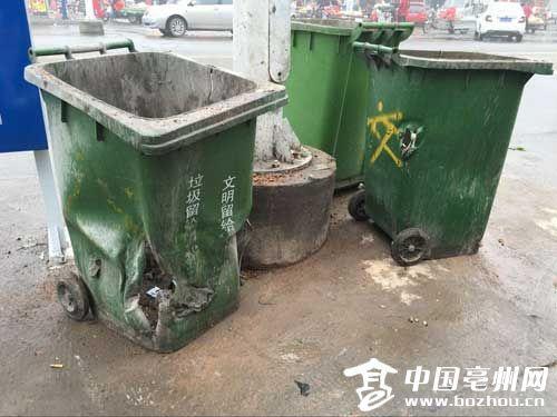 一些垃圾桶受到了严重破坏