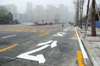 机动车违反规定使用专用车道的