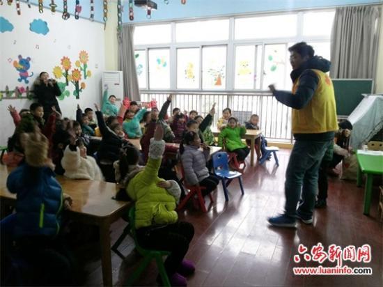 """幼儿园,给孩子们上了一堂以   """"  防拐防骗  """"  为主题的安全教育课."""
