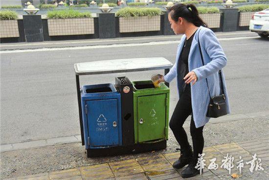 成都街头分类垃圾桶 颜色标识混乱绕晕路人(图)
