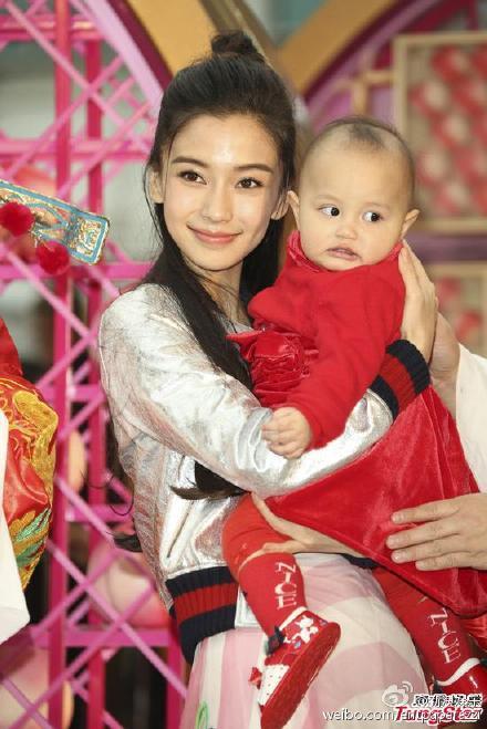 看到两个可爱的宝宝被抱上舞台