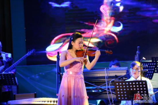 小提琴演奏--《梁祝》 王槐松 摄