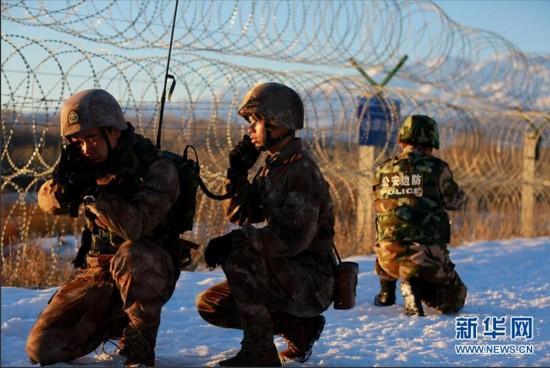 """霍城边境地区,解放军边防连战士在使用""""北斗""""卫星系统进行定位"""